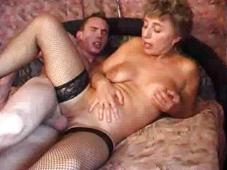 attractive mature gives herself up fm910