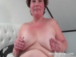 older chick masturbates her fur pie in sofa