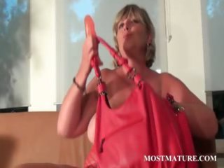 mama dildoes her twat with craving
