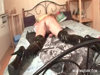 Hot butt mature nymph fingering pussy in bed