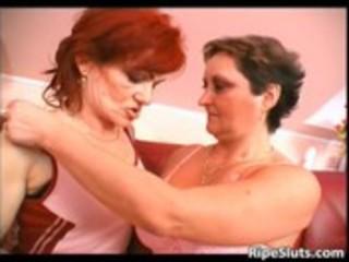 aged lesbo sluts enjoying in pussy