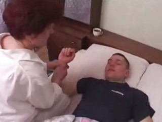 Mom slag in stockings gets her old twat