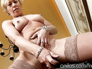 older housewife copulates vibrating fake penis